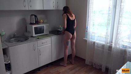 Вместо завтрака, парень трахнул меня на кухне