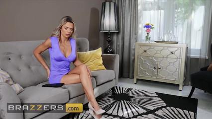 Молодая лесбиянка трахает зрелую блондинку страпоном