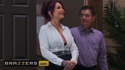 Так сильно возбудилась, что отсосала массажисту, пока муж стоял за дверью