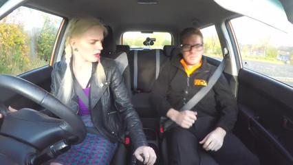 Гламурная студентка киской сдает экзамен инструктору по вождению
