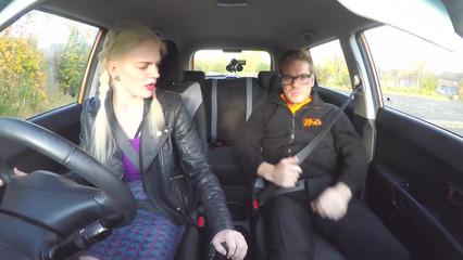 Вот как инструктор принимает у молодой девушки вождение