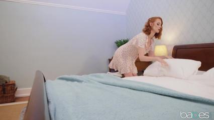 Пока муж спит, похотливая жена наставляет ему рога с любовником